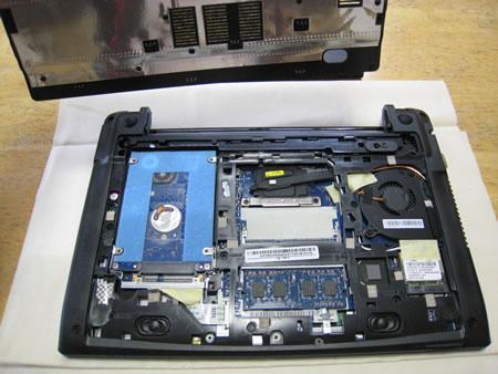 その中はハードディスク(HDD)、メモリ、ファンが見える
