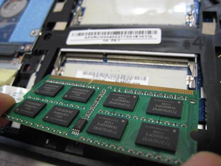 4GBのメモリ2枚をシッカリ慎重にセット